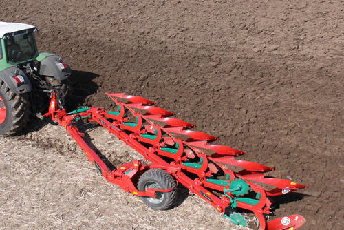 Kverneland PG mid frame wheel semi-mounted plough